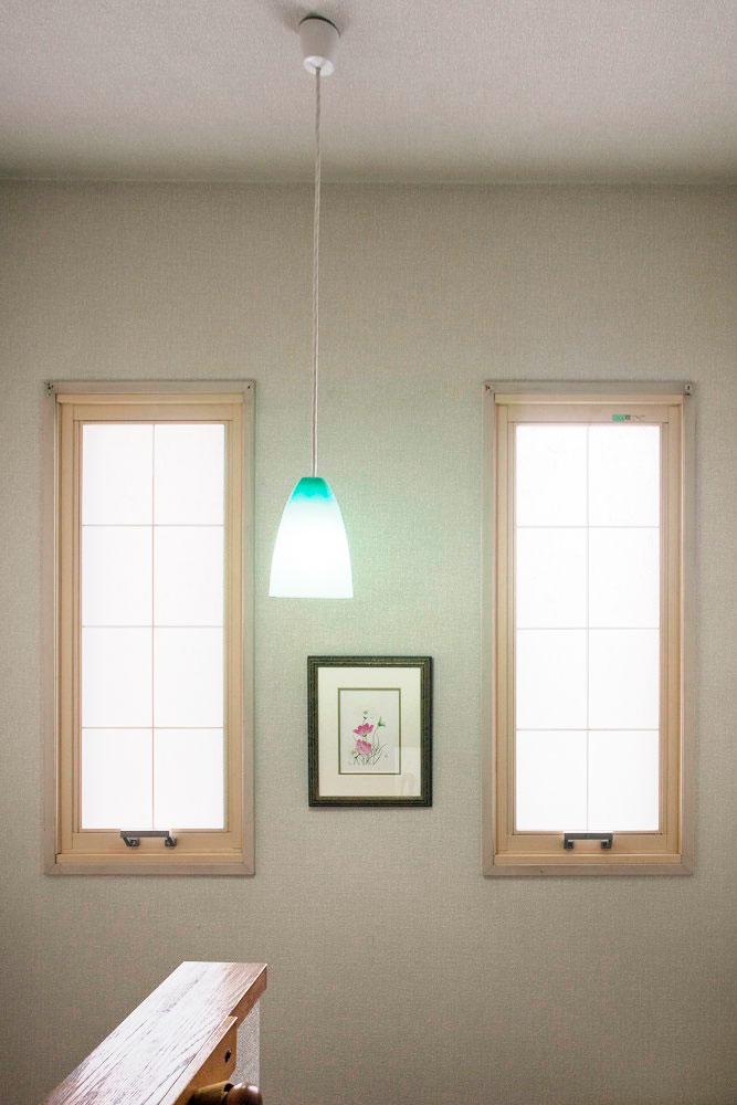 Y邸で唯一、内窓が採用された階段の踊り場。淡色の窓枠と和紙調のガラスは奥... Y邸で唯一、内窓